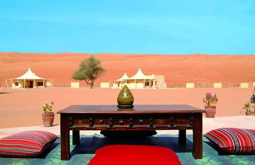 Không chỉ có những khách sạn ven bờ biển, ở Oman còn có nhiều khu du lịch sang trọng nằm giữa sa mạc.