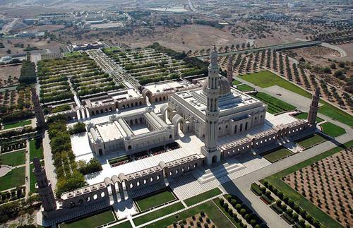 Nhà thờ Hồi giáo Sultan Qaboos được khánh thành vào năm nay là công trình tôn giáo lớn nhất Oman.