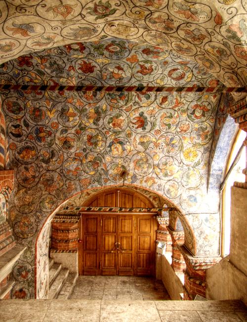 Bên trong nhà thờ còn có nhiều tầng hầm và cầu thang nhỏ hẹp.