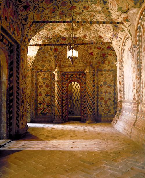Bên trong các tòa tháp của Nhà thờ Basil, các bức tượng được phủ một lớp trang trí hoa lá trang nhã.