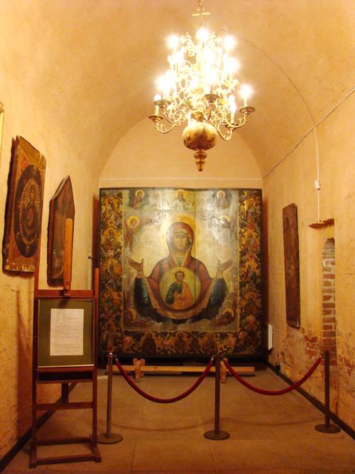 Khu trưng bày bức ảnh Đức mẹ trong nhà thờ.