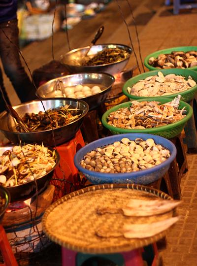 Hàng đêm, ở trước cửa chợ Đà Lạt luôn có những hàng hải sản và đồ nướng phục vụ khách du lịch.