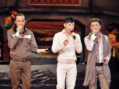 Danh hài Hoài Linh tam ca cùng Dương Triệu Vũ và Đàm Vĩnh Hưng ca khúc 'Tình em xứ Quảng'. Điều đặc biệt là cả ba nghệ sĩ đều hát bằng tiếng Quảng.