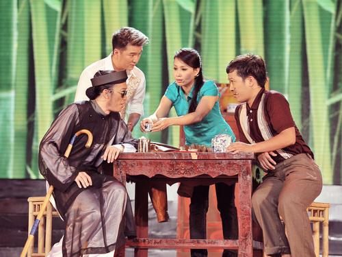Sau đó, Hoài Linh lại tiếp tục chọc cười khán giả khi tung hứng cùng Mr.Đàm, Cẩm Ly và Trường Giang trong tiểu phẩm hài 'Khác'.