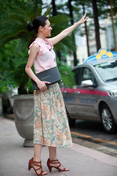 Chỉ với trọng lượng 1,4kg Thanh Trúc dễ dàng mang chiếc laptop bên mình một cách rất thoải mái ngay cả khi đang đón taxi.