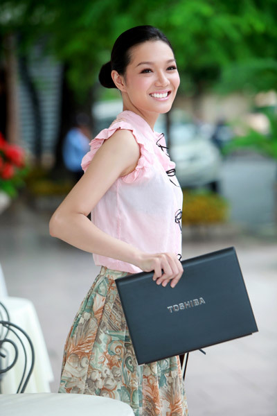 Chiếc laptop là vật không thể thiếu trong giỏ xách của 'doanh nhân' Thanh Trúc giúp cô có thể làm việc ở bất cứ đâu.