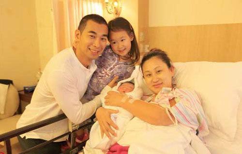 Vợ chồng Triệu Văn Trác bên con gái nhỏ và con trai vừa chào đời.