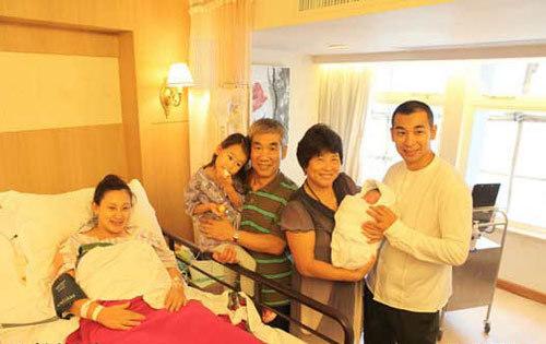 Bố mẹ Đan Lộ từ Bắc Kinh sang Hong Kong để thăm cháu trai.