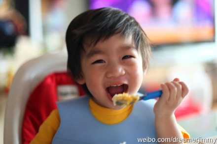 Chưa đầy 2 tuổi, bé Kimi đã biết tự xúc cơm ăn.