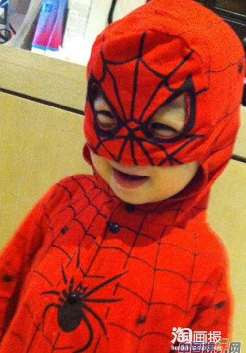 Ngộ nghĩnh trong bộ trang phục người nhện.