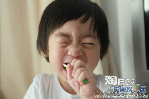 Bé còn học đánh răng rất hứng khởi.