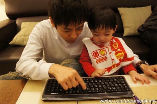 Lâm Chí Dĩnh chăm chỉ đăng ảnh con trai trên blog.