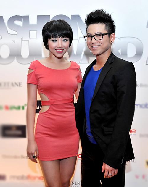 Xuất hiện cùng cô là ca sĩ Mai Tiến Dũng - bạn đồng nghiệp, chung trung tâm ca nhạc với Tóc Tiên ở Mỹ.