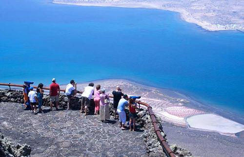 Ngắm cảnh biển ở quần đảo Canary từ đài quan sát Mirador del Rio là thú vui của nhiều du khách.