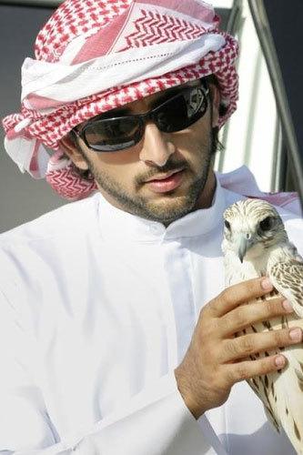 Thủa nhỏ, Sheikh Hamdan học tại trường tư thục Rashid ở Dubai, sau đó tới Anh du học. Tại đây, chàng hoàng tử tốt nghiệp Đại học Sandhurst và học tiếp trường Kinh tế London.
