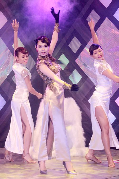 Minh Hằng vừa hát vừa biểu diễn vũ đạo cùng nhóm nhảy.