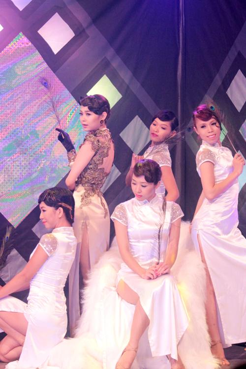 Ca khúc 'Cơn mưa nhỏ' là món quà đặc biệt mà cô cùng với nhạc sĩ Nguyễn Hà của Nguyễn Production thực hiện riêng trên sân khấu 'Shining Show'.