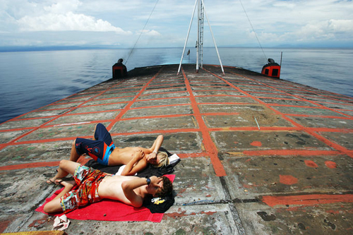 Du khách có thể đi phà để tham quan các hòn đảo lớn nhỏ xung quanh.