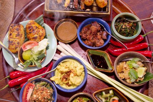 Tới Bali, du khách không thể bỏ qua những món ăn đặc sản nơi đây. Món ăn ở Bali nổi tiếng với vị cay và màu sắc bắt mắt.