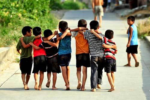 Xiong Sansan goes out to play with his friends in Baisha, an urban village in Liuzhou city, South China's Guangxi Zhuang autonomous region, July 29, 2011