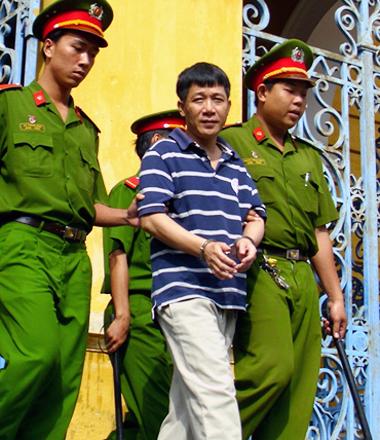 Bị cáo Luân 'Con' bị dẫn ra xe tù sáng 1/8. Ảnh: Tá Lâm.