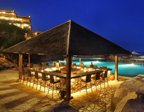 Quầy bar cạnh hồ bơi.