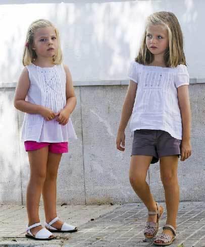 Leonor và Sofia điệu đà với trang phục mùa hè mát mẻ.
