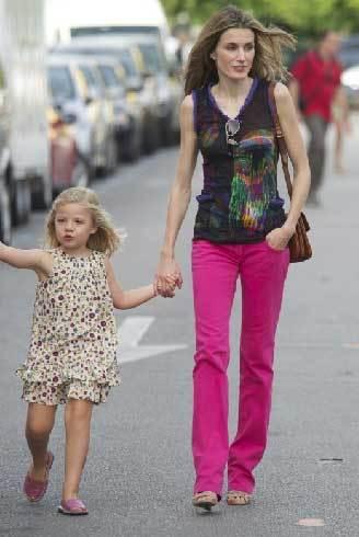 Công nương Letizia thời trang và nổi bật với chiếc quần hồng.