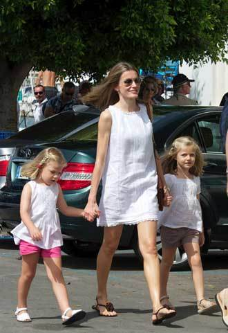 Letizia và hai con gái Leonor 5 tuổi và Sofia 4 tuổi bay đến đảo Majorca khi Thái tử Felipe đang công tác tại đây.