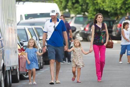 Ngày hôm sau, gia đình nhỏ này cùng tới dự bữa tiệc truyền thống dành cho các thủy thủ