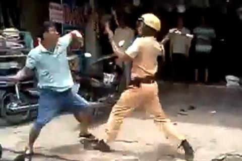 Hình ảnh hai công an đánh nhau trên phố. Ảnh: Cắt clip.