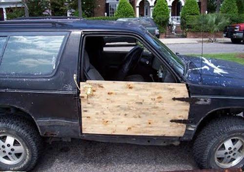 Dùng tấm gỗ thay cửa xe.
