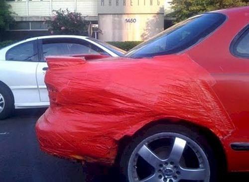 Tấm dán cùng màu cho chiếc xe xước sơn.