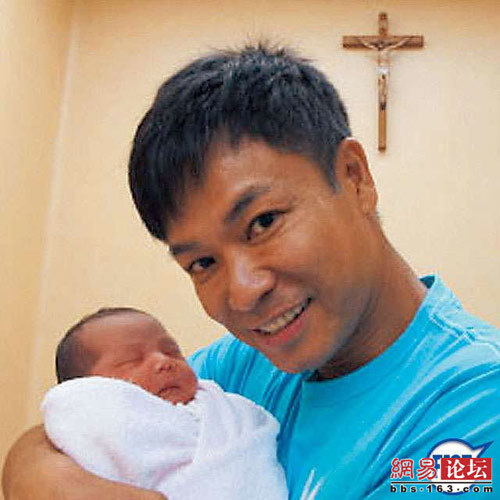 Vợ chồng cặp sao nổi tiếng Quách Tấn An và Âu Thanh Di vừa chào đón một bé gái xinh xắn vào ngày 29/6. 'Chàng Vượng' rất hạnh phúc vì tổ ấm của anh đã có đủ nếp đủ tẻ. Cặp sao đã có một cậu con trai 3 tuổi rưỡi.