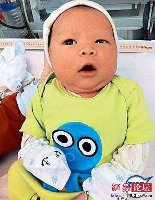 Con trai 1 tháng tuổi của Doanh  Doanh rất cứng cáp và bụ bẫm.