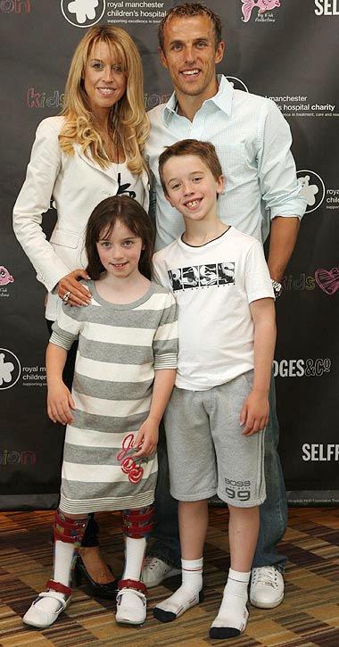 Phil Neville bên vợ và hai đứa con, con trai Harvey và con gái Isabella.
