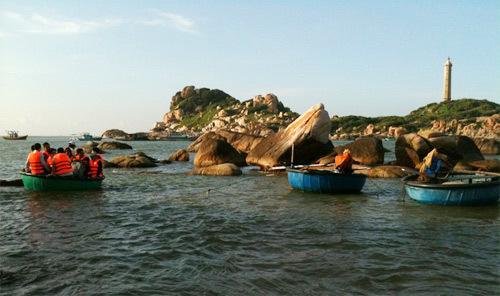 Bãi biển Kê Gà là điểm đến của các thí sinh trong buổi chụp hình bikini. Ảnh: Ban Mai.