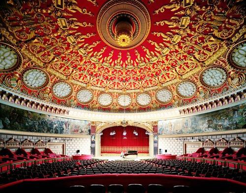 Trần nhà hát quốc gia Romania được trang trí cầu kỳ.