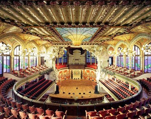 Nhà hát với những dãy ghế bao quanh sân khấu ở Barcelona, Tây Ban Nha.