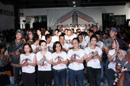 Các nhà thiết kế và dàn người mẫu cùng mặc đồng phục chào tạm biệt khán giả.