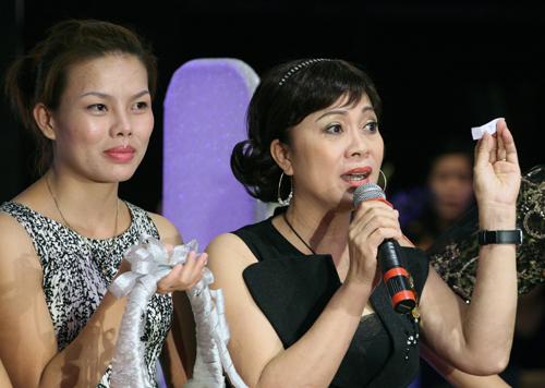 Nghệ sĩ Hương Dung tham gia trò chơi giao lưu cùng khán giả.