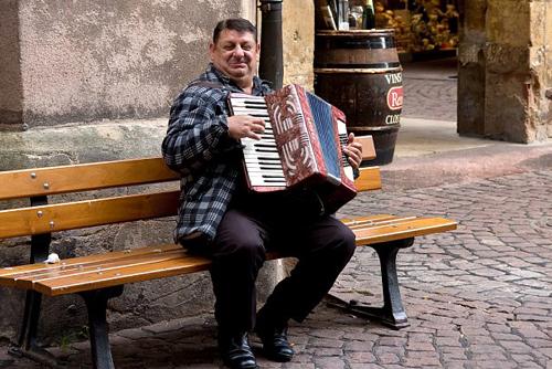 Trên đường phố, du khách có thể bắt gặp vài nghệ sĩ hát rong và nhạc sĩ chơi đàn sôi nổi.
