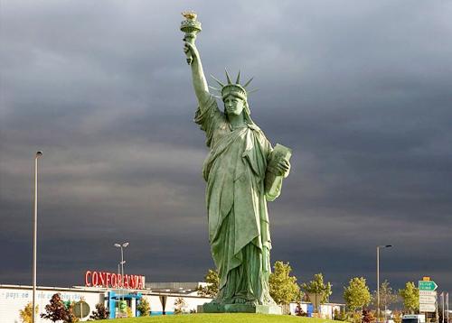 Colmar là quê hương của nhà điêu khắc Frederic Bartholdi, người đã tạo nên bức tượng Nữ thần tự do. Vì thế, trong thị trấn có một bức tượng Nữ thần tự do nhỏ để tưởng nhớ tới ông.