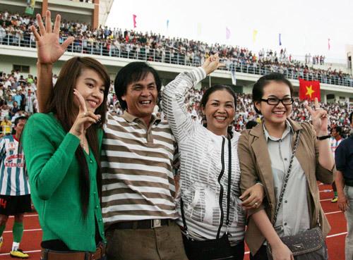Vợ và hai con gái cũng tham gia lễ mừng chiến thắng.