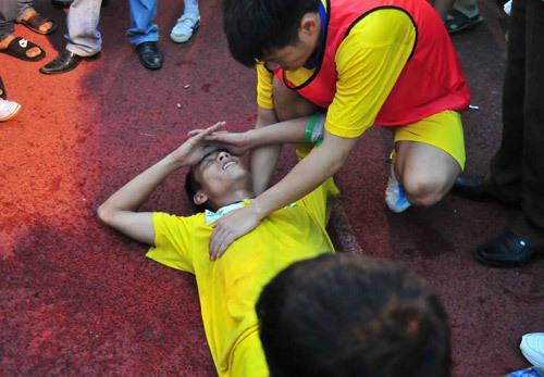 Huy Hoàng ngất lịm sau trận đấu nghẹt thở.