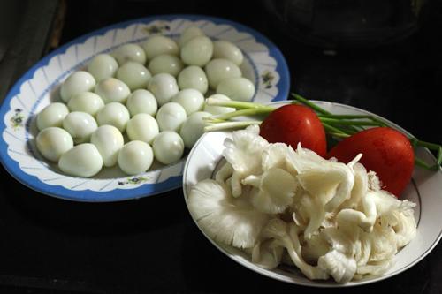 Nguyên liệu để làm món trứng cút om nấm đơn giản và dễ kiếm.