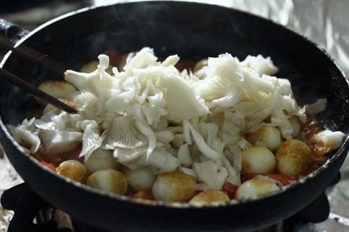 Om trứng cùng cà chua và nấm trong khoảng 5 phút.