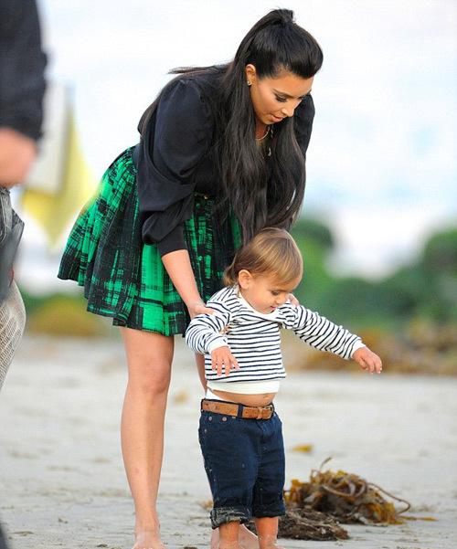 Đến hình ảnh Kim chụp với cháu trai Mason trước đám cưới 1 ngày cũng xuất hiện 'long lanh' trên báo.