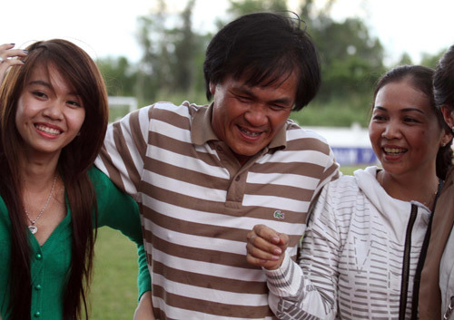 Vợ và hai con gái luôn theo sát từng trận đấu của HLV Lại Hồng Vân.