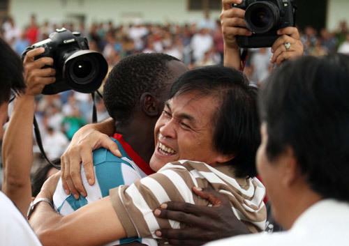 HLV Lại Hồng Vân chia vui cùng học trò.